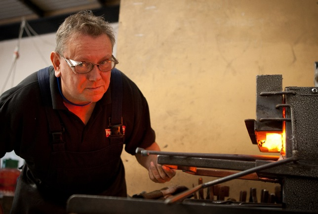 Nigel Tyas in the forge (2)
